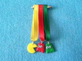 Medalla en fimo de figuas de Pac-MAn