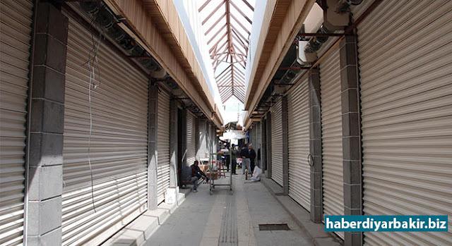 DİYARBAKIR-Diyarbakır'ın Sur ilçesinde PKK'lilerin çukur kazıp barikat kurmasının ardından meydana gelen çatışmalar ve ardından ilan edilen sokağa çıkma yasağında kısmi olarak zarar gören tarihi Yanık Çarşı (Çarşîya Şewitî), Çevre ve Şehircilik Bakanlığı tarafından yenileniyor.