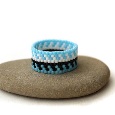 Купить яркое летнее украшение - необычное женское кольцо из бисера. Голубое кольцо ручной работы в этническом стиле. Симферополь, Россия.