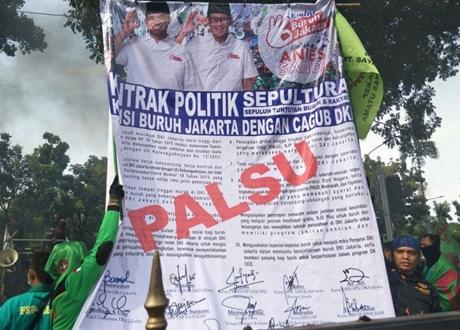 "Demo di Depan Balaikota, Buruh Bawa Spanduk Kontrak Politik ""Palsu"" Anies-Sandi"