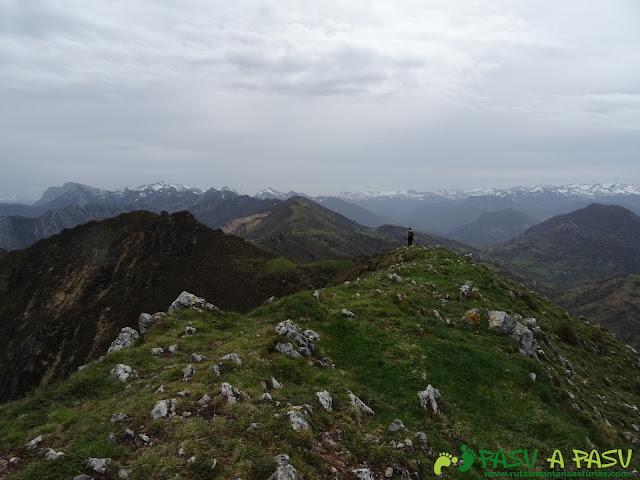 Bajando del Pico Facéu  hacia el Collado la Piedra