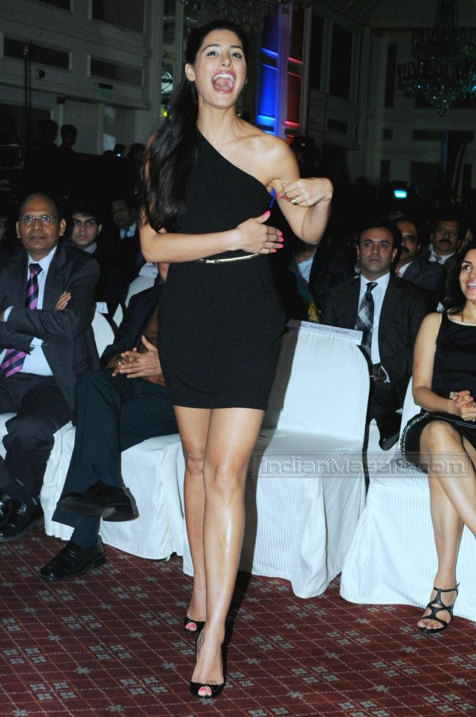 Liam Neeson Iphone Wallpaper Nargis Fakhri Sizzling Fleshy Thighs Show In Short Dress