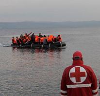 Μια βάρκα με τους πρόσφυγες έφτασε στο ελληνικό νησί της Λέσβου