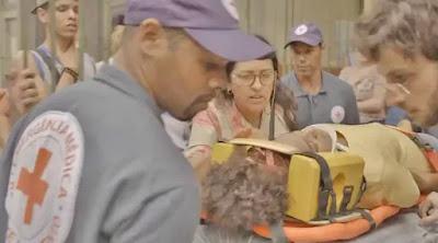 Lurdes (Regina Casé) leva Camila (Jéssica Ellen) para o hospital em 'Amor de Mãe' — Foto: Globo