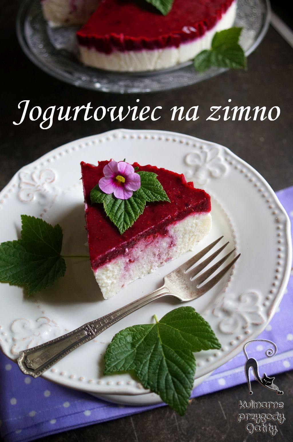 bialy-sernik-czerwone-owoce