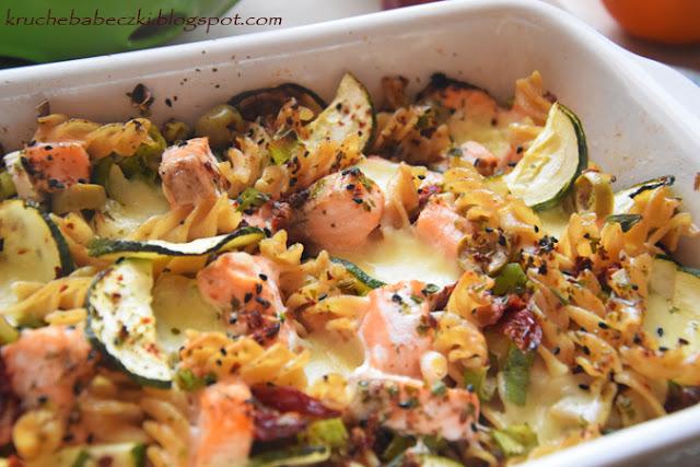 Zapiekanka z makaronem pełnoziarnistym, łososiem, suszonym pomidorem, oliwkami i cukinią