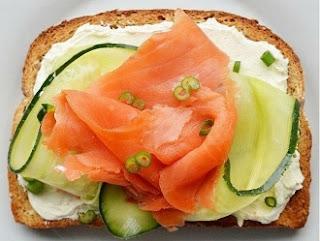 рецепт экзотический бутерброд с лососиной на завтрак