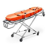 Tekerlekli ve katlanabilir olan turuncu minderli bir sedye