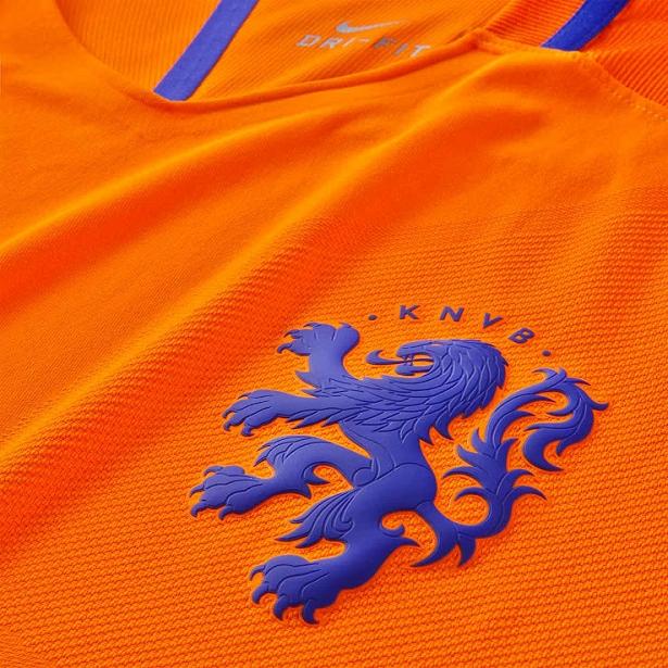 A Nike apresentou o novo uniforme titular que a seleção de futebol do  Holanda usará durante a temporada 2016 17. O modelo é predominantemente  laranja com ... cb0c79d252b11
