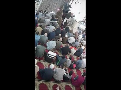 """في خطبة عن المخدرات.. مهندس يعتدي على إمام مسجد: """"افتكرته بيتكلم عني"""" (فيديو)"""