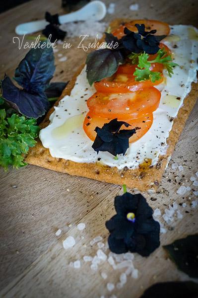 Rezept für belegtes Brot: Tomaten auf Frischkäse mit Olivenöl und Kräutern