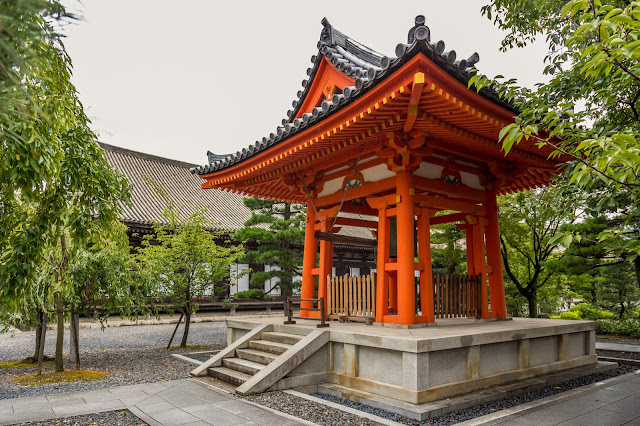 La campana, bonsho, del templo (bajo la lluvia) :: Canon EOS5D MkIII | ISO400 | Canon 24-105@24mm | f/4.5 | 1/100s