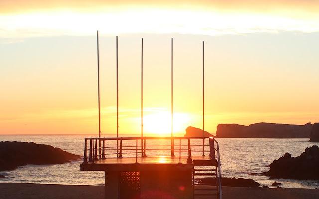 Amanecer en la playa de S. Juan de la Canal en la Costa Quebrada. Cantabria