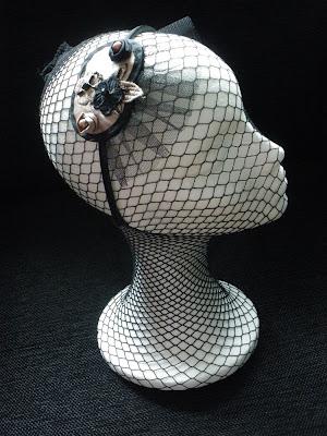 Diadema estilo tocado en tornasolado y negro. VENDIDA