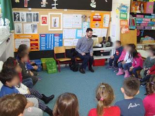 Ο Βαγγέλης ακούει τις ερωτήσεις των παιδιών