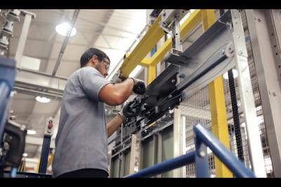 Operador trabalhando na fabrica