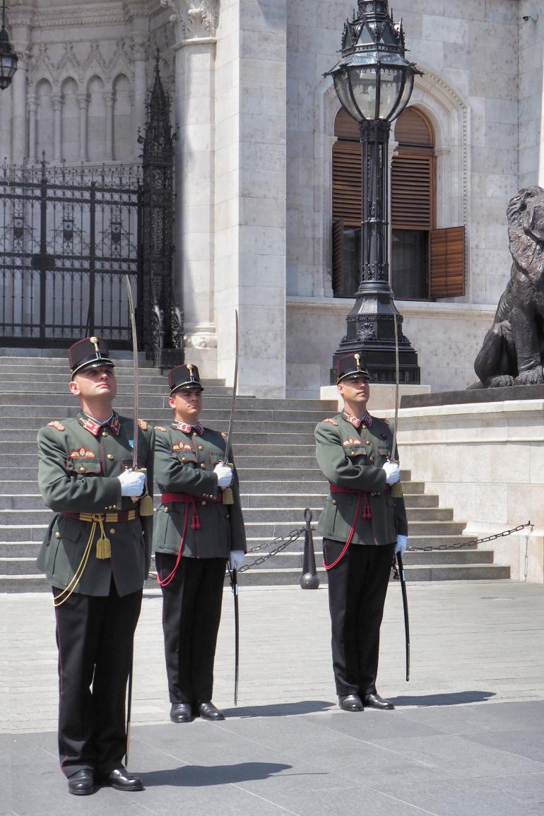 Soldats de la relève de la garde devant le parlement de Hongrie