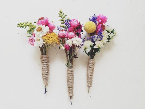 Bonitos ramilletes de flores silvestres para la solapa del novio