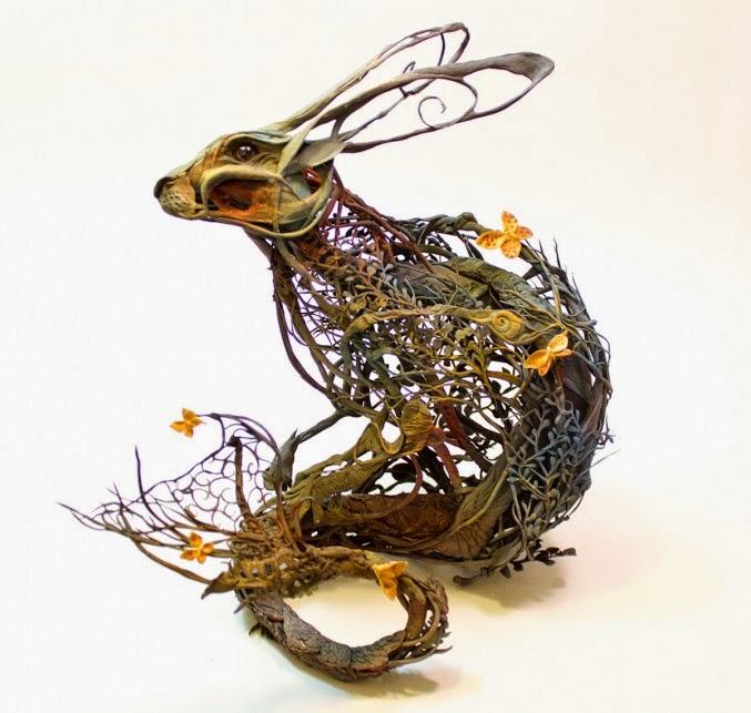 Escultura creativa de liebre hecha con plantas
