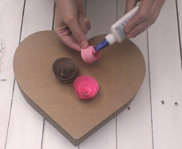 C mo decorar un coraz n con rosas de papel mimundomanual - Como decorar una servilleta de papel ...