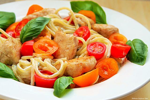Spaghetti w sosie gorgonzola z indykiem, pomidorkami i bazylią