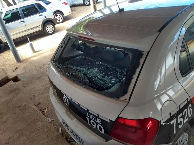 Após se envolver em confusão, jovem é preso e quebra vidro de viatura em Catolé do Rocha