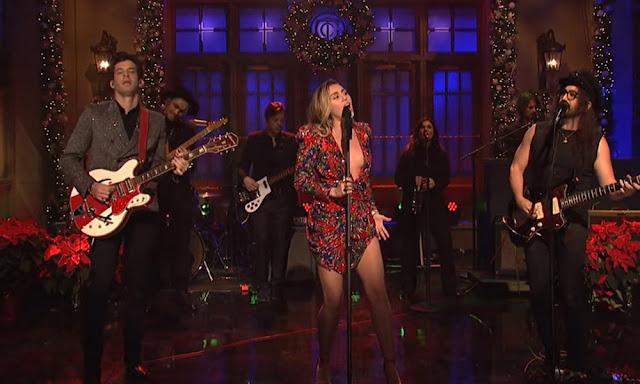 Video: Miley Cyrus y Mark Ronson - Happy Xmas (War Is Over) (Con Sean Ono Lennon)