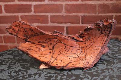 pyrogravure sur écorce d'arbre