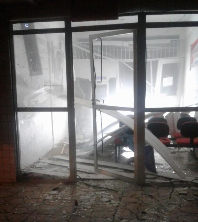 Bandidos atiram em base da PM, trancam policial e explodem agência do Bradesco em José da Penha
