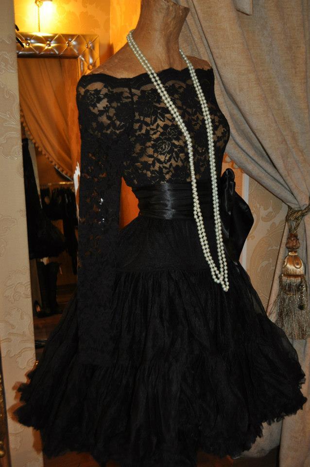 Falda negra en tienda de ropa 1 - 2 part 1
