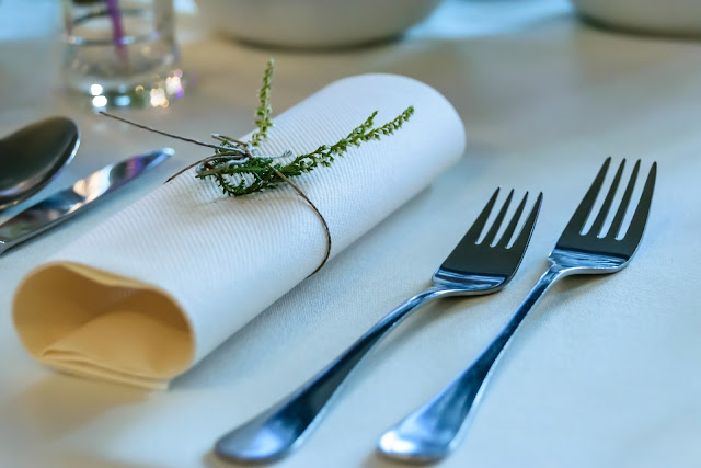 Wrzos jako ozdoba serwetek na stole weselnym.