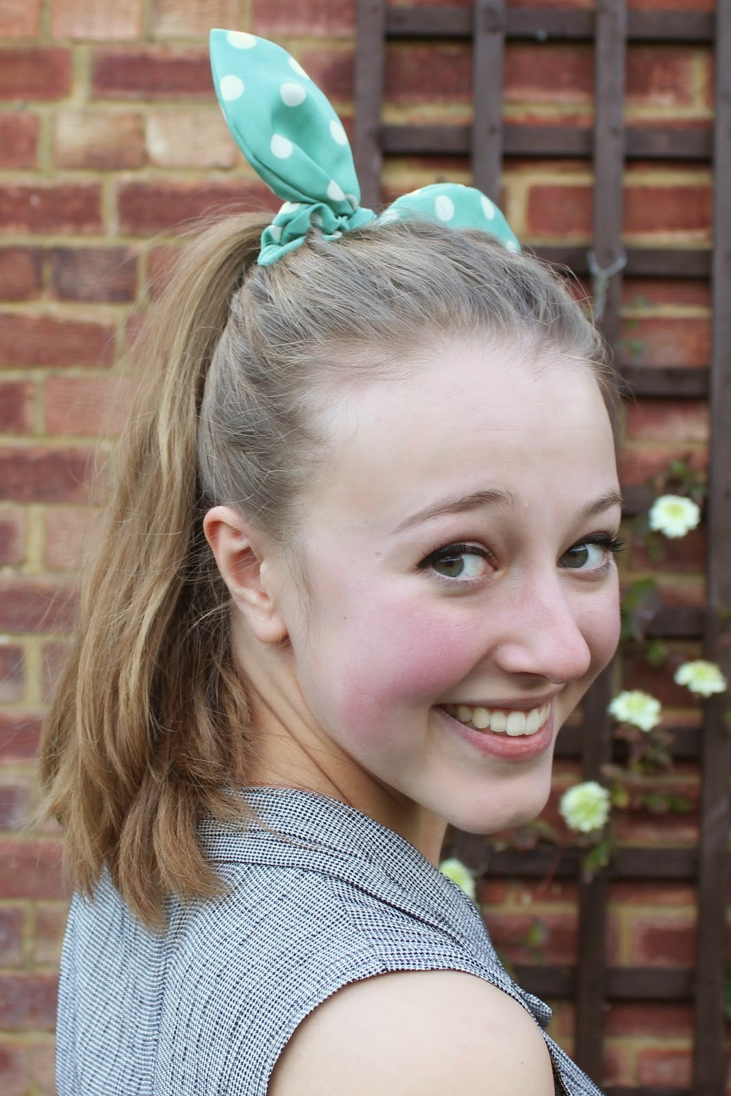 blogger-accessories-inspiration-fashion-scrunchie-hair-green-polka-dot-bow-camden