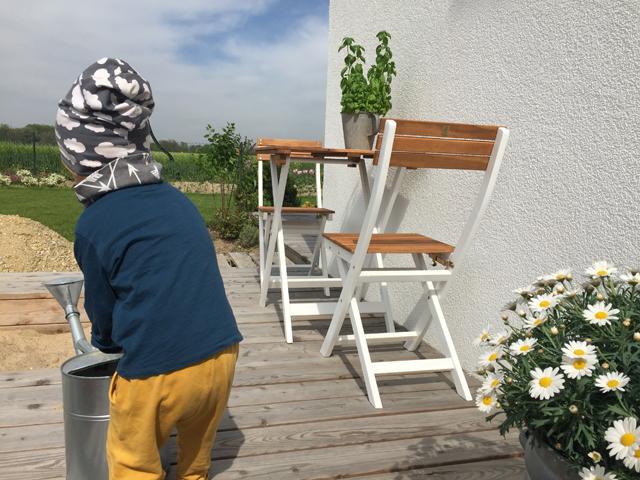 Blumen gießen auf der Terrasse