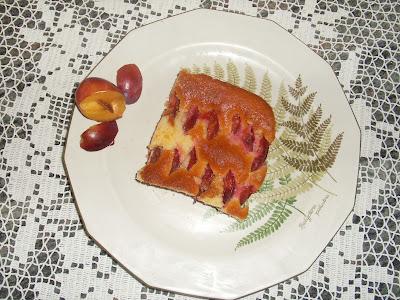 πιάτο με γλυκό που περιεχει δαμασκηνα σε ωραιο πίατο πανω σε πλεχτο με βεονακι τραπεζομαντηλο