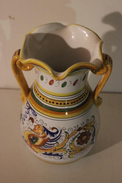 Splendido vaso in maiolica dipinto a mano policromo a due for Vaso greco a due anse