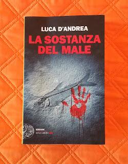 La sostanza del male Luca D'Andrea recensione felice con un libro