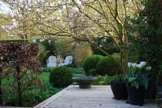 Idag har jeg gleden av å vise deg Marias drøm av en hage - Flere sitteplasser i Marias hage
