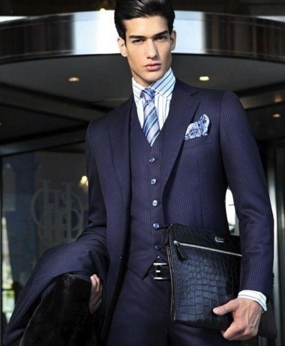 combinar traje azul marino de hombre