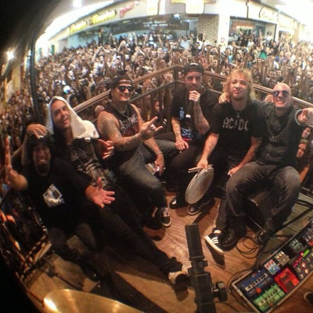 Detonautas se apresentou na loja da Rádio Rock