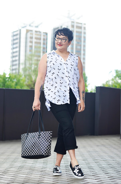 Stylizacja biało-czarna na lato, blogerka na lato