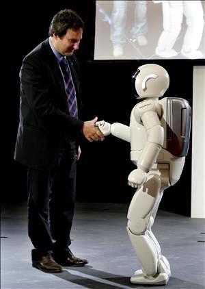 Robot dando la mano a un hombre