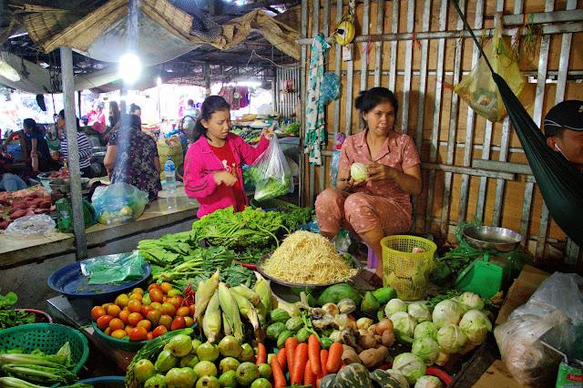 C'est un marché avec peu d'âme et beaucoup moins coloré que certains marchés de province ou les grands marchés de Phnom Penh. Situé en pleine zone industrielle, ce marché de proximité permet aux ouvriers des usines environnantes de s'approvisionner en produits de première nécessité. Les divertissements étant rares, dans cette zone en perpétuel mouvement, le marché reste tout de même ce fameux lieu de rencontre après les journées de travail, ce lieu de sourires, avec ses quelques salons de coiffure, restaurants sommaires et magasins de vêtements.