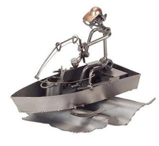 Figura hecha con tuercas u metal reciclado