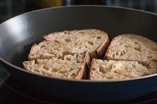Podgrijavanje hleba u tiganju sa puterom