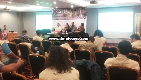 FOREST TALK WITH BLOGGER : Inilah suasana saat berlangsungnya Forest Talk With Blogger chapter Pontianak yang sukses digelar oleh Yayasan Doktor Sjahrir dan Climate Reality Indonesia di IBIS Pontianak (20/4) yang dihadiri puluhan blohgger dari kota Pontianak dan sekitarnya. Foto Asep Haryono