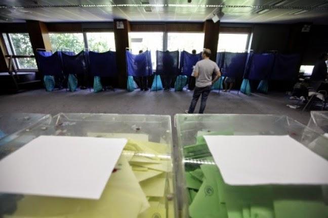 Κοζάνη: Μοίραζαν ψηφοδέλτια μέσα σε εκλογικά κέντρα την ημέρα των εκλογών!