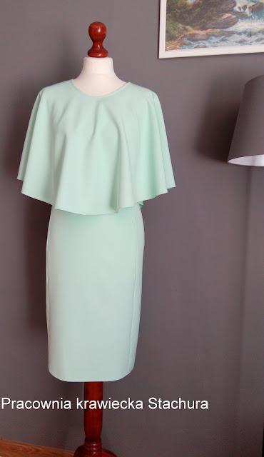 Miętowa sukienka z pelerynką