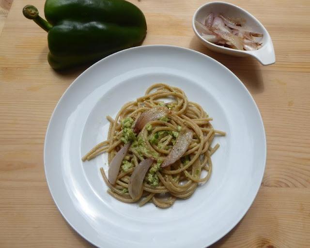 Spaghetti alla carbonara vegan con crema di peperoni