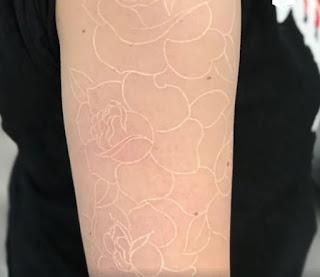 tatuaje blanco de rosas