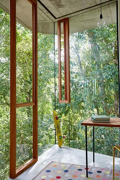 parois en verre et bois dans une maison d'architecte